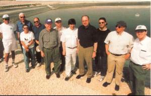 Ari Lipinski -1.v.r. - mit Hessens Umweltminister W. Dietzel 4.v.r. am Wasser-Reservoir in Israel