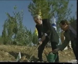 Ari Lipinski mit MP Johannes Rau bei der Pflanzung einer Friedens-Olive bei Beer Scheba