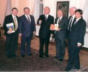 BUNDESPRÄSIDENT-J.-RAU-empfängt-Schriftsteller-Eli-Amir-KKL-J.-Leket-JNF-Prädient-J.-Kurosczcyk-Ari-Lipinski-Berater-des-isr.-Umweltministeriums-Berlin-2000